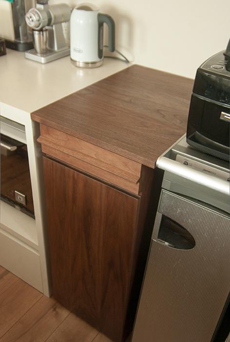 ウォールナット材キッチン収納家具をご納品した様子です