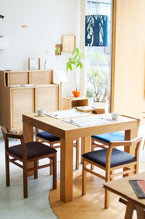 夏の日差しの中のアッツテーブルとピコチェア