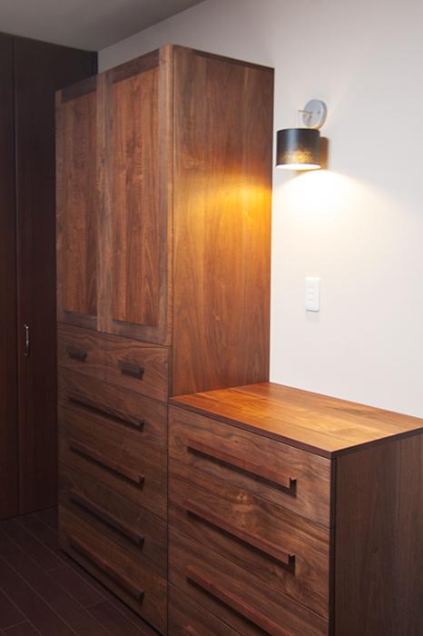 ウォールナット材で製作させていただいた、無垢オーダー家具、TANAクローゼットとチェストの画像です