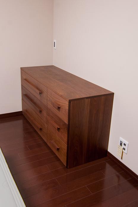 ウォールナット材で製作した無垢オーダー家具、TANAチェストの画像です