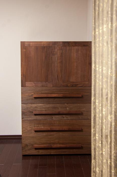 ウォールナット材で製作した小ぶりな木製クローゼット、ご納品の様子です