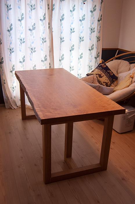 チェリー一枚板天板のダイニングテーブルご納品の様子です