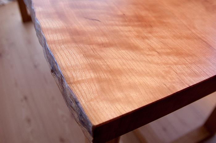 チェリー材一枚板天板で製作したテーブル、オイルで仕上げた表面の様子です
