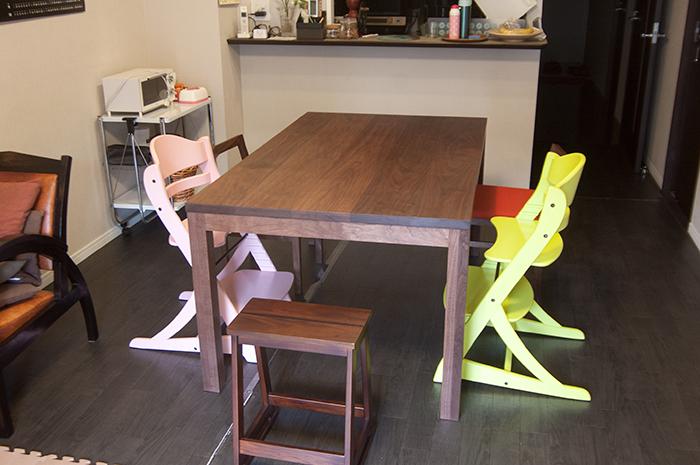 ウォールナット材無垢テーブル、スタンダードテーブル・タイプ2で製作してご納品た様子です