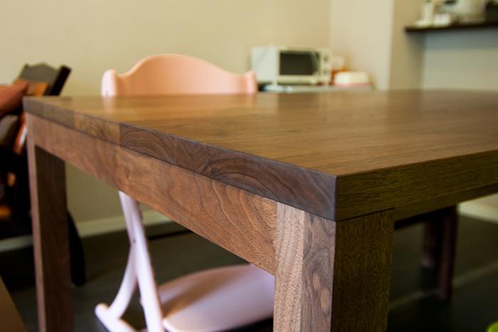 ウォールナット材テーブル、無垢5枚接ぎ天板の木口に見える年輪の様子です