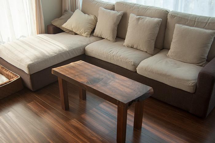 ウォールナット無垢一枚板天板をカットして製作した小さなテーブル、ご納品の様子です