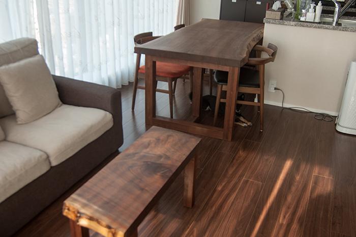 一枚のウォールナット無垢天板から、ダイニングテーブルと小テーブルの2台を製作しました