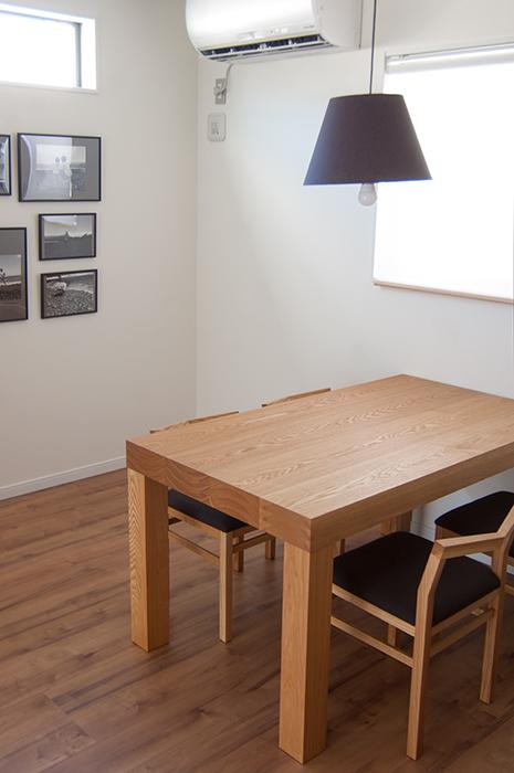 無垢材テーブル、アッツテーブルの木目もご覧いただける画像です
