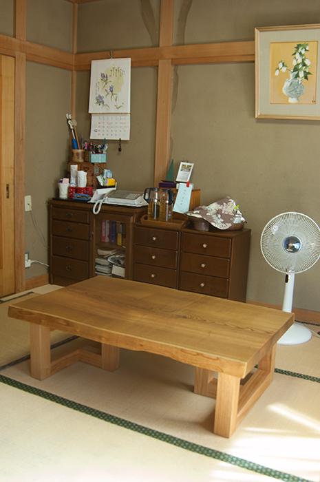 メンテナンスを施して、再度ご納品させていただいたキハダ一枚板天板ローテーブルの画像です