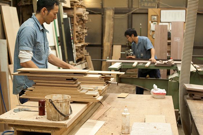 木の小物フリートレー製作のための部材を準備する鈴木君の画像です