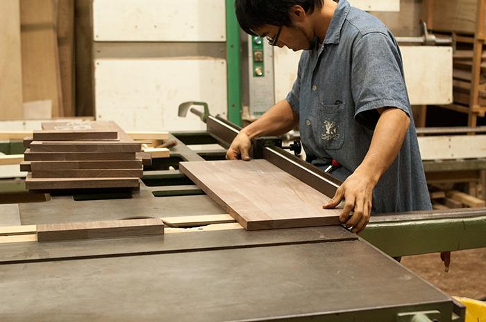 オーダー製作の無垢家具「TANA」まずは部材の準備をしている直井君の画像です