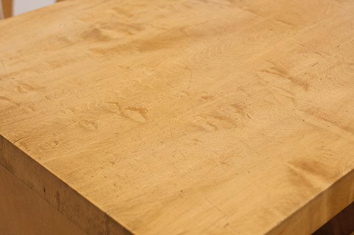 無垢テーブル天板についた小さな傷やへこみの画像です