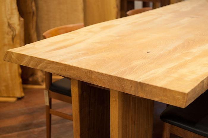 販売中のトチ一枚板天板、変化が面白い年輪が見える木口の様子です