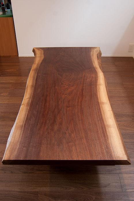 ウォールナット一枚板天板から製作したダイニングテーブルとローテーブル、ご納品の様子です