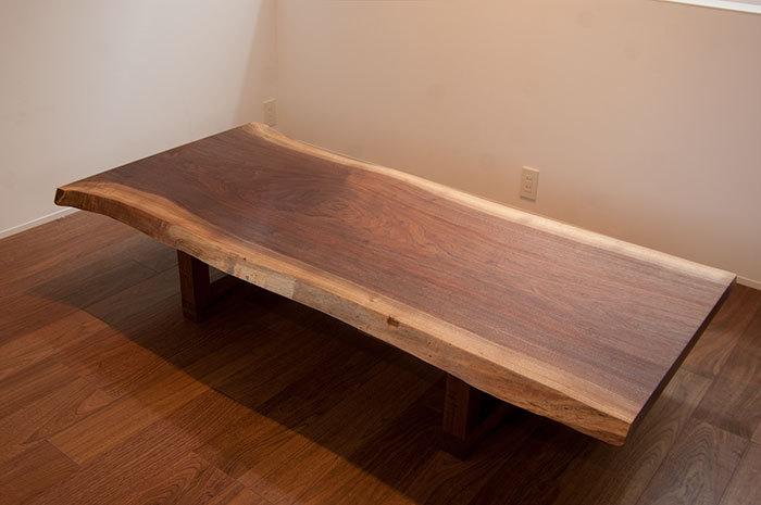 ウォールナット一枚板天板のダイニングテーブル、ロータイプにセットしてご納品した様子です