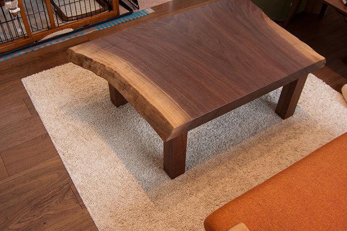 ウォールナット無垢天板、カットした小さいほうから製作したローテーブル、ご納品の様子です
