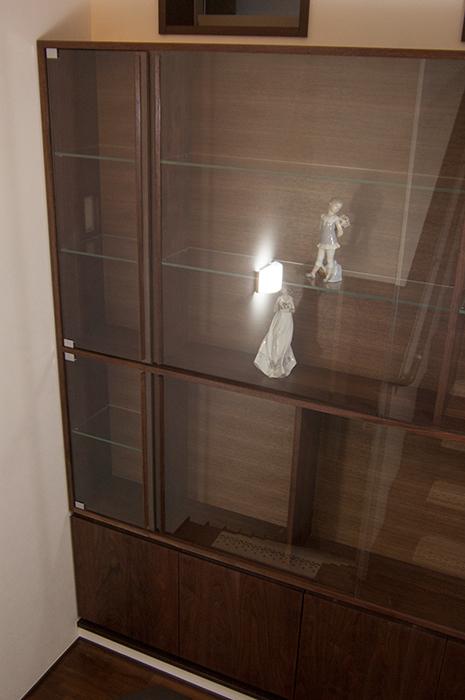 ウォールナット材で製作した飾り棚、ガラス扉の画像です