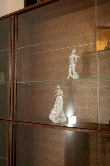 飾り棚の中のガラスの可動棚の画像です