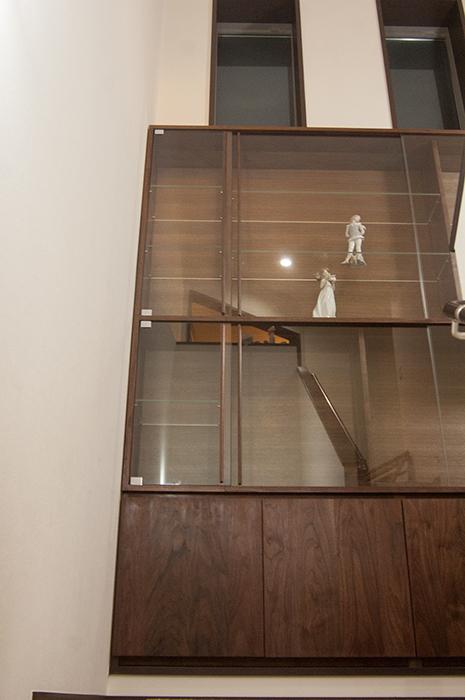 無垢オーダー家具、TANAによる壁面収納、大きなショーケース正面下からの画像です
