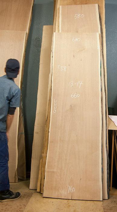 ロシア産のクルミ無垢一枚板天板、仮仕上げ前の画像です