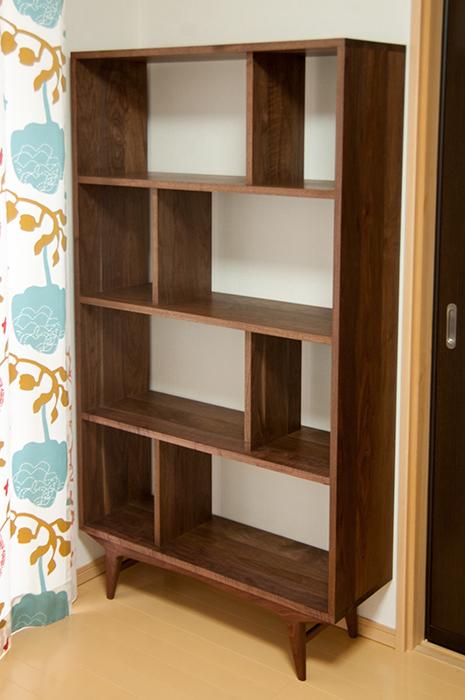 ウォールナット材で製作したブックシェルフ、TONEブックシェルフご納品の様子です