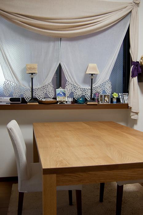 ナラ材テーブル、穏やかで魅力的な木目の様子です