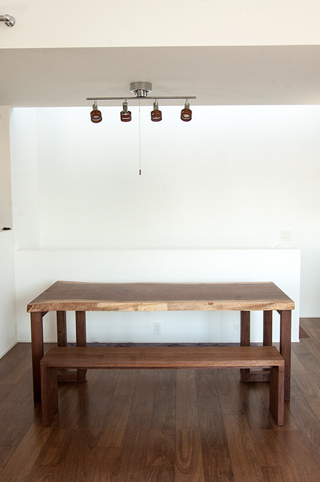 ウォールナット一枚板天板テーブルに合わせて製作したベンチご納品の様子です
