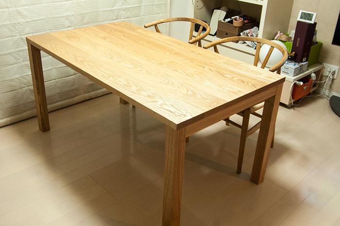 タモ材で製作した無垢テーブル、天板に現れたタモの木目の表情です