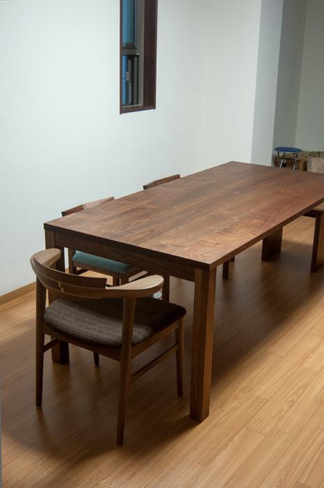 重厚感のあるウォールナット材で統一したダイニングテーブルセット