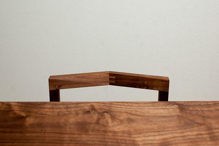ウォールナット材のダイニングテーブルに合わせてご納品した、WOODWORKの木の椅子ピコチェアの画像です