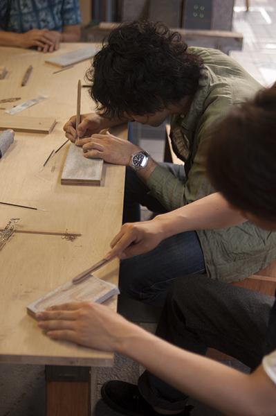 2013年モノマチ ワークショップでペンを作って頂いている様子