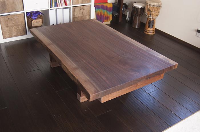 ウォールナット一枚板天板で製作した無垢テーブル、ご納品の様子です