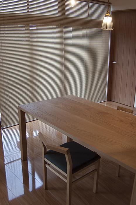 ナラ材らしい大らかな木目をシンプルに楽しめる、無垢テーブルご納品の様子です