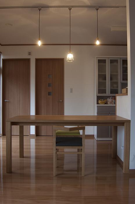 無垢オーダーテーブル、スタンダードテーブルにピコチェア2台を合わせてご納品した様子です