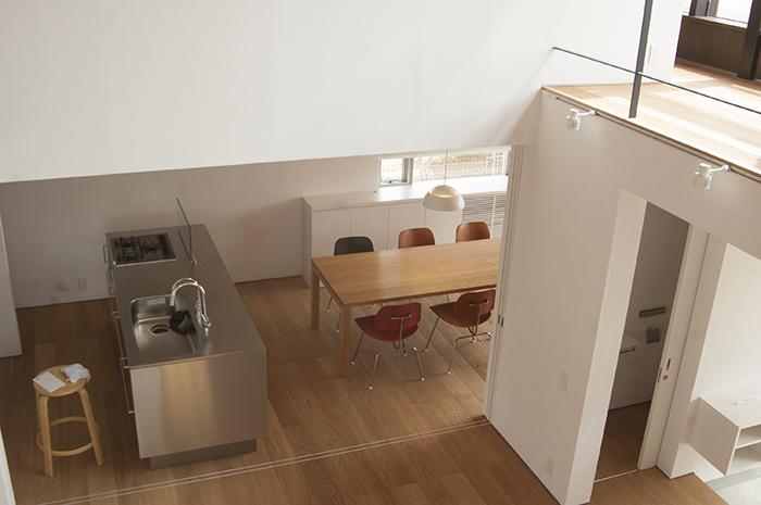 オーダー家具|2階から覗いたキッチンダイニングのテーブル