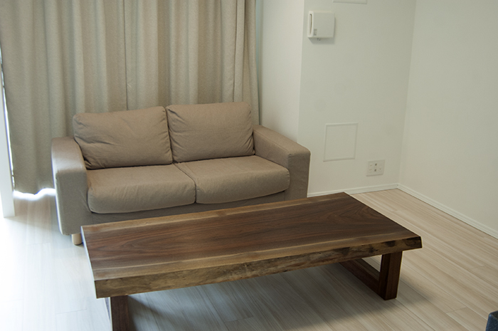 オーダー家具の納品|ブラックウォールナットの一枚板ローテーブル