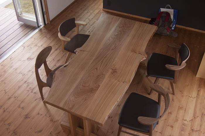 ニレ三枚接ぎ天板の表情豊かなダイニングテーブルご納品の様子です
