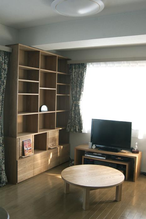 無垢セミオーダー家具「TANA」の本棚とスタンダードテーブル・丸テーブルタイプ、コの字テレビボードご納品の様子です