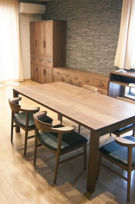 無垢オーダーテーブル、スタンダードテーブル・タイプ2のダイニングセットと壁面の収納セットテーブル側からの様子