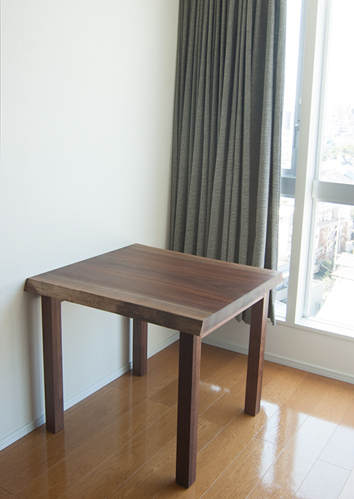 ウォールナット一枚板天板のダイニングテーブル、ご納品の様子です