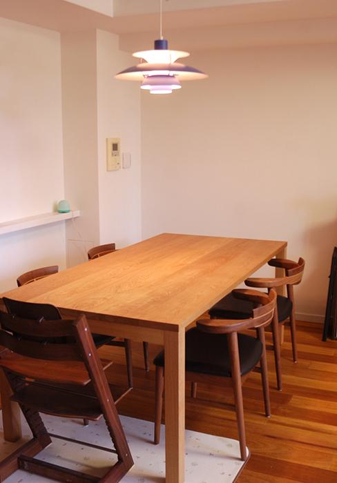 ナラ材のテーブルに亜和座チェアを合わせています