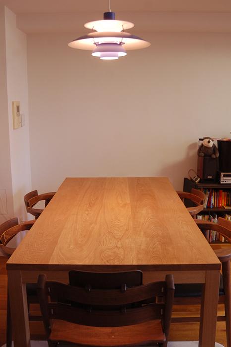 ナラ材のテーブル、5枚接ぎ天板の無垢テーブルをご納品した様子です