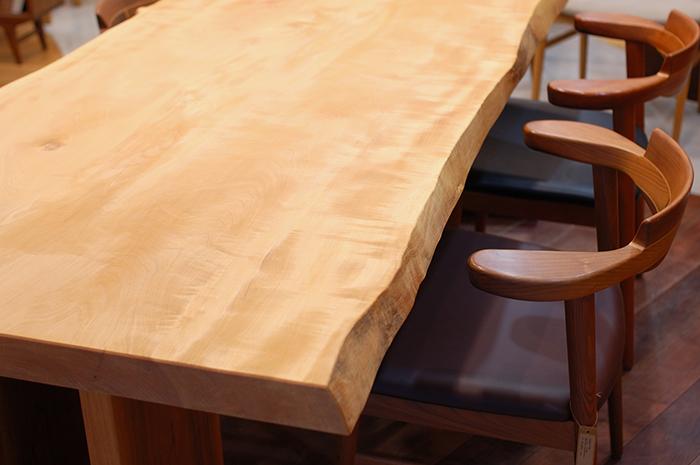 アームの高さに合わせてテーブルの高さをご注文いただくこともできます。天板と亜和座チェアアームの画像です