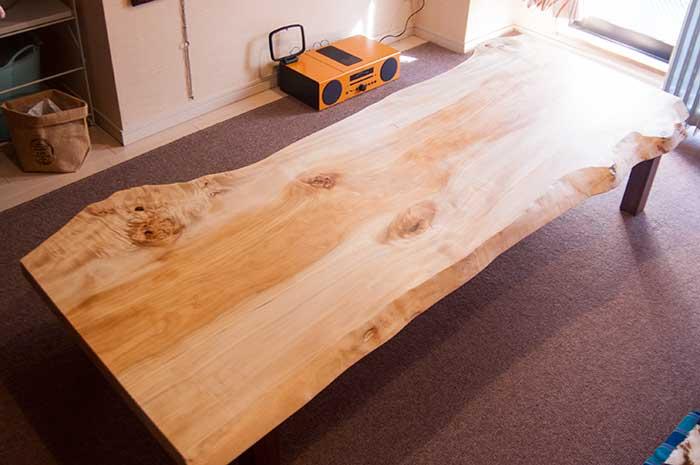 天然のミミの形が面白いトチ一枚板天板