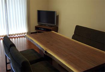 以前にご納品したダイニングテーブルとTONEテレビボード