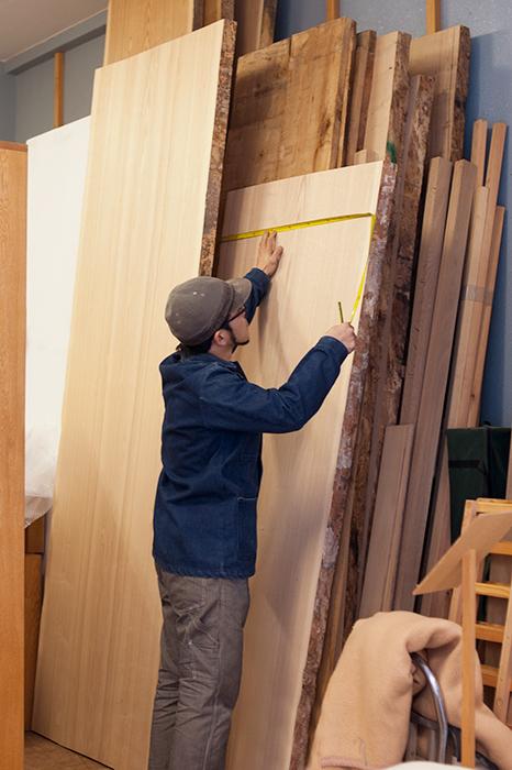 お客様にご案内するタモのミミ付き天板を準備しているところ