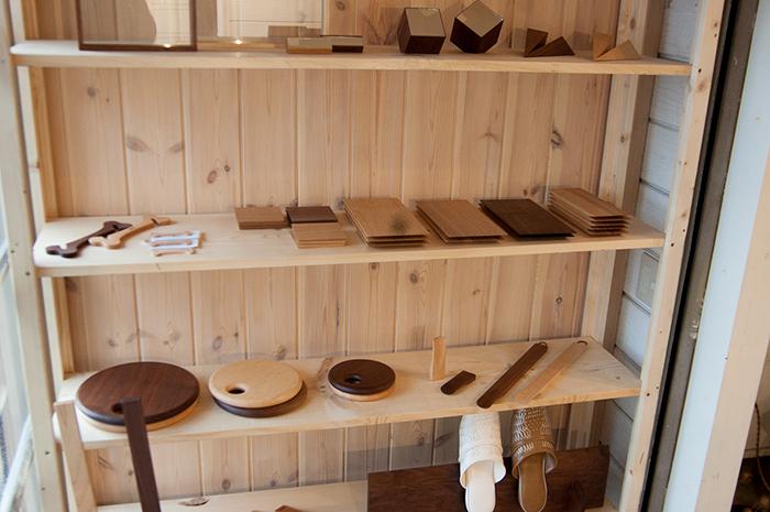 ヒトツボスペースの棚に並ぶ木のコモノ