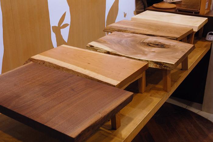 「小テーブルをつくろうワークショップ」で参加者の皆さんが製作した小さなテーブルたち