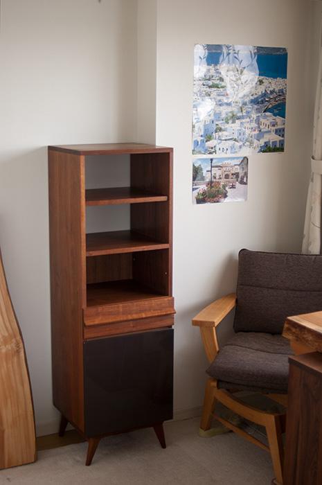 TONEドック三段タイプ。可動棚、引出、扉のついた収納部分を備えています。扉はつややかなUP塗装、ブラウンカラーで仕上げています。