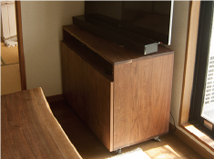 ウォールナット材で製作したTANAテレビボードご納品の様子